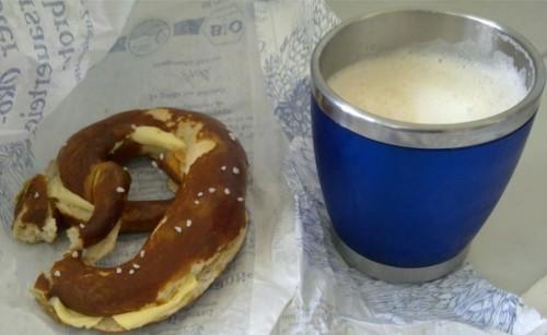 Achtsame Cappuccino- und Butterbrezenpause