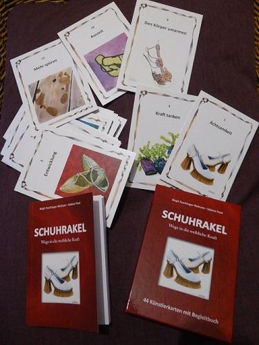 """Tipp: Kartenset """"Schuhrakel. Wege in die weibliche Kraft"""" (mit Vernissage-Fotos)"""